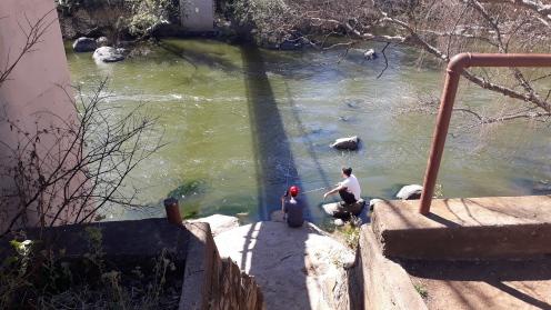 Twee tiener visvangers langs die hangbrug. FOTO: Rouxne vd Westhuizen