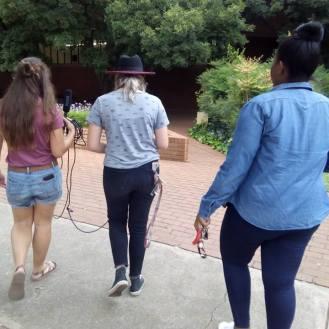 Kampusmissies: Deur die loop van die jaar het ons klas verskeie videoprojekte vir ons YouTube-kanaal onderneem, waarvoor ons onderhoude met studente op kampus gevoer het. Van links na regs: Rouxne van der Westhuizen, Annelu le Roux en Ayanda Mthethwa. Foto: Bianca Thatyana.