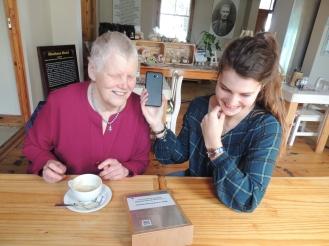 Onderhoud in Worcester: Ek (links) het 'n onderhoud gevoer met Reinette Popplestone (regs) oor die storie wat sy vir die Byderhand-Pionierskoolprojek geskryf het. Foto: Franci Greyling.