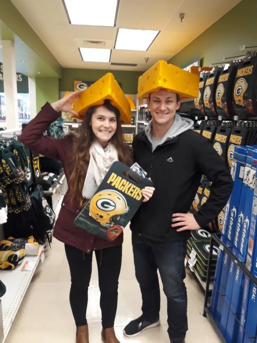 """Ek en Marco, met kaas op on koppe. Die Green Bay Packer-ondersteuners staan bekend as """"Cheeseheads."""" Foto: Marinda van der Westhuizen."""